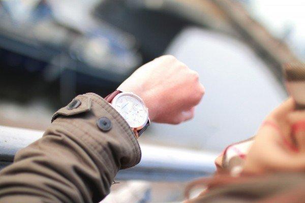 時計を見て急いでいる写真