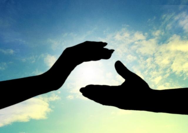 信頼の握手をしようとする写真