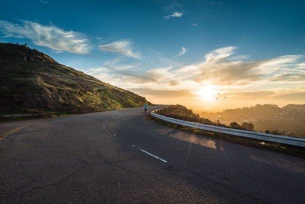 明るさへと向かう道の写真