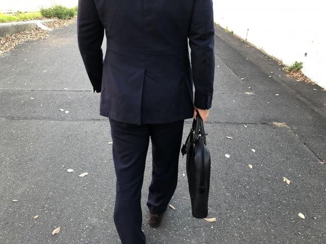 スーツの後ろ姿の写真