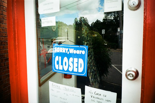Sorry We are closed の札がかかった商店の写真