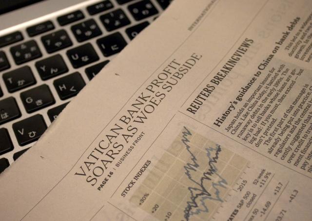 新聞とノートPCの写真