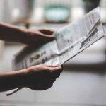 新聞を読んでいる様子の写真