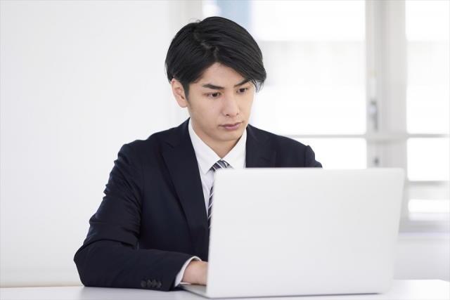 WEB面接を受ける男性の写真
